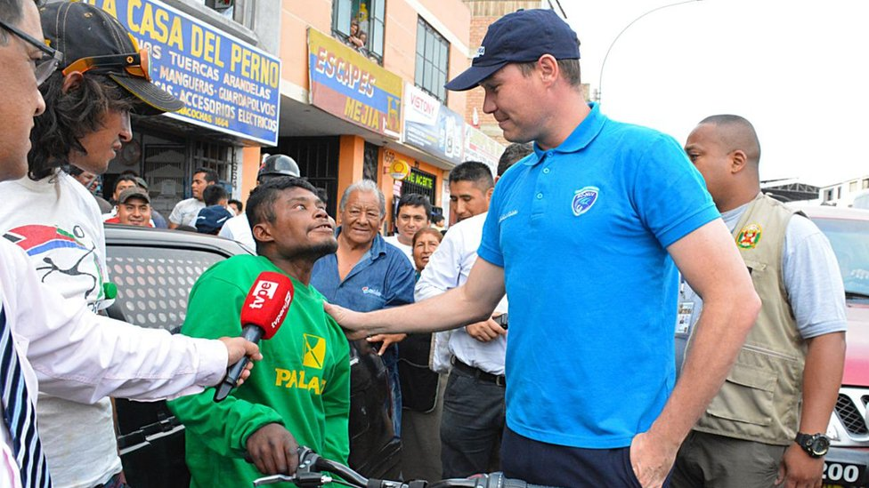 George Forsyth, alcalde de La Victoria, regalándole una bicicleta a Juan Zuleta Gómez.