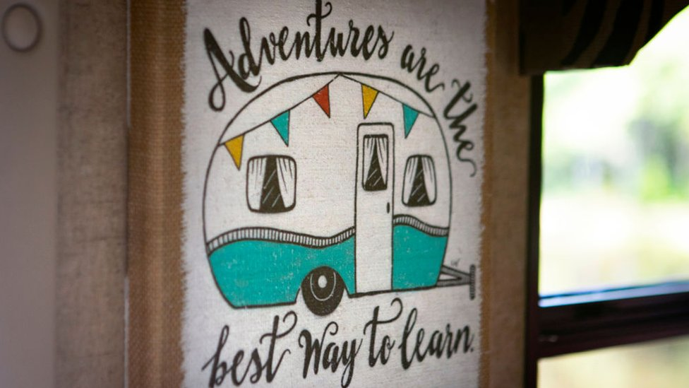 Cartel sobre la vida en caravana