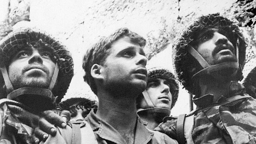 مظليون إسرائيليون عند الحائط الغربي عقب فرض سيطرتهم عليه عام 1967، وقدأصبحت هذه الصورة رمزا لليهود في جميع أنحاء العالم