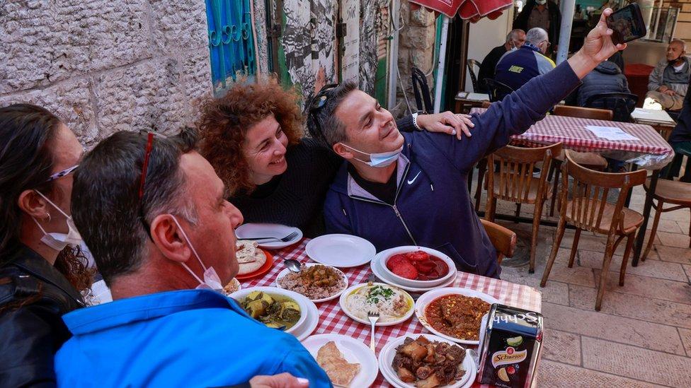 Pessoas em restaurante de Israel