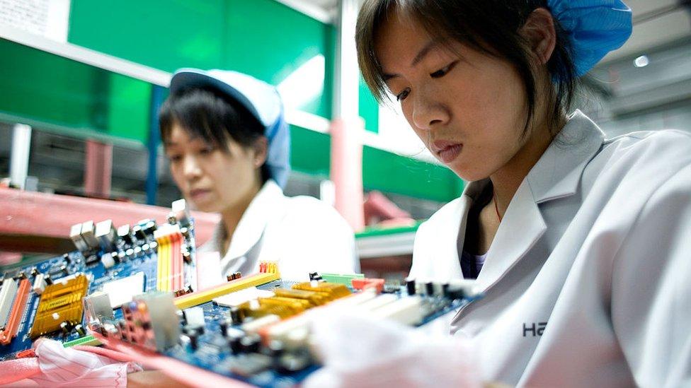mujeres en fábrica de electrónica china