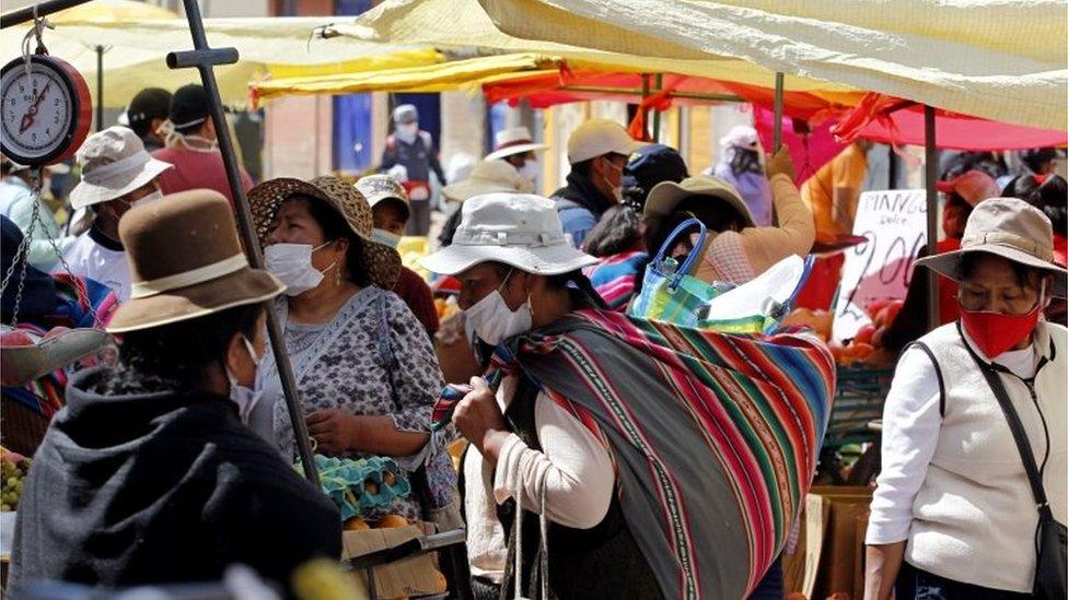 Mujeres hacen compras en Bolivia