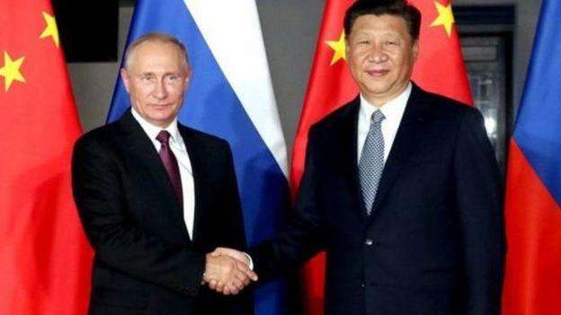 Vladimir Putin (izq.) y Xi Jinping