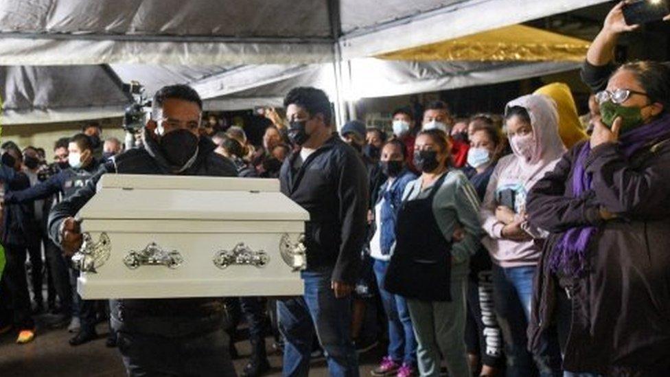 Un hombre lleva el ataud de uno de los niños muertos por el alud en Xalapa, México.