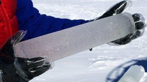 Científico sosteniendo un cilindro de hielo