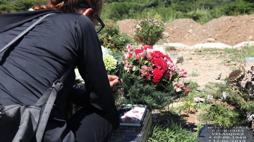 Mujer junto a tumba