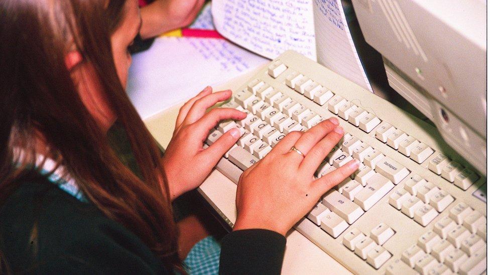 IBM je 1981. godine prvi počeo da sastavlja kompjutere od komponenata različitih proizvođača