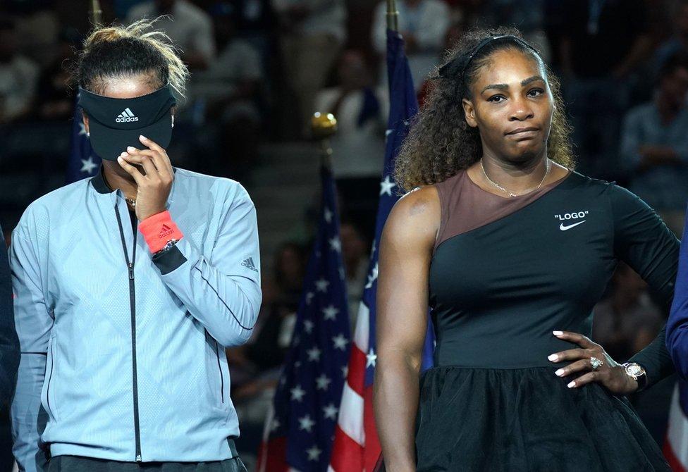 Naomi Osaka (solda) Serena Williams'ı yenerek Eylül ayında ABD Açık Tenis Turnuvası'nı kazandı. Final karşılaşmasında hakeme sinirlenen ve ona