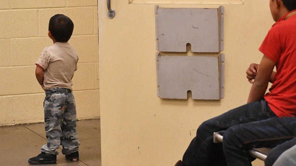 إدارة ترامب أوقفت فصل الأطفال عن ذويهم في نهاية يونيو/ حزيران بعد الانتقادات الواسعة التي أثارتها صور الأطفال المحتجزين