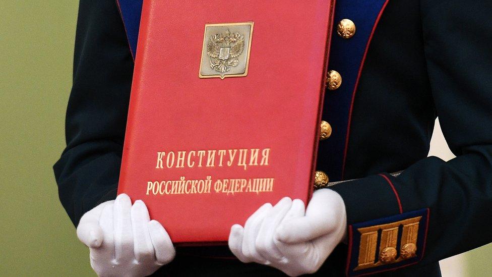 Путинские поправки в Конституцию приняты в первом чтении. К ним много вопросов