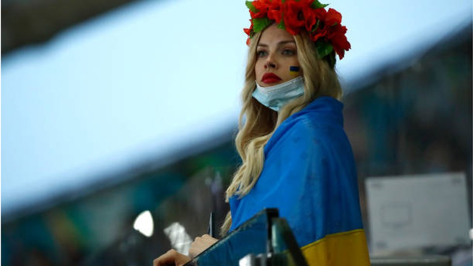 مشجعة أوكرانية تبدو عليها علامات خيبة الأمل إزاء أداء فريقها