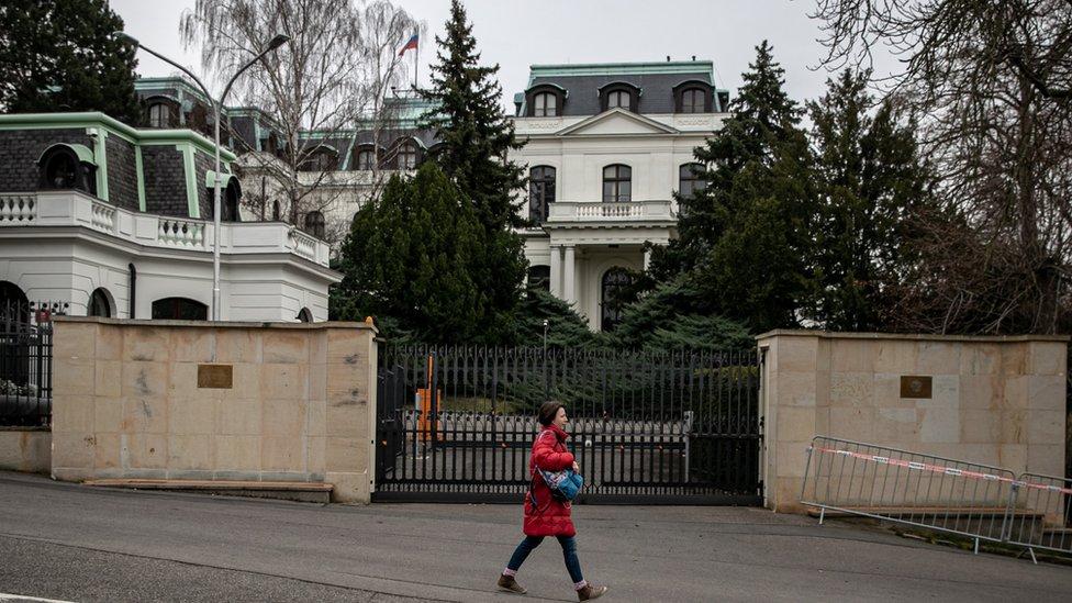 Чехия потребовала радикально сократить число сотрудников посольства России