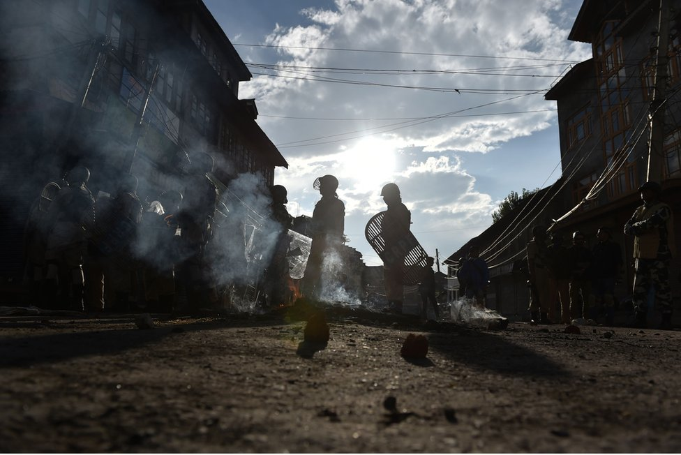 الاحتجاجات والاضرابات والاشتباكات العنيفة بين المدنيين والقوات الأمنية الهندية من المظاهر الشائعة في سريناغار عاصمة الجزء الخاضع للإدارة الهندية من كشمير