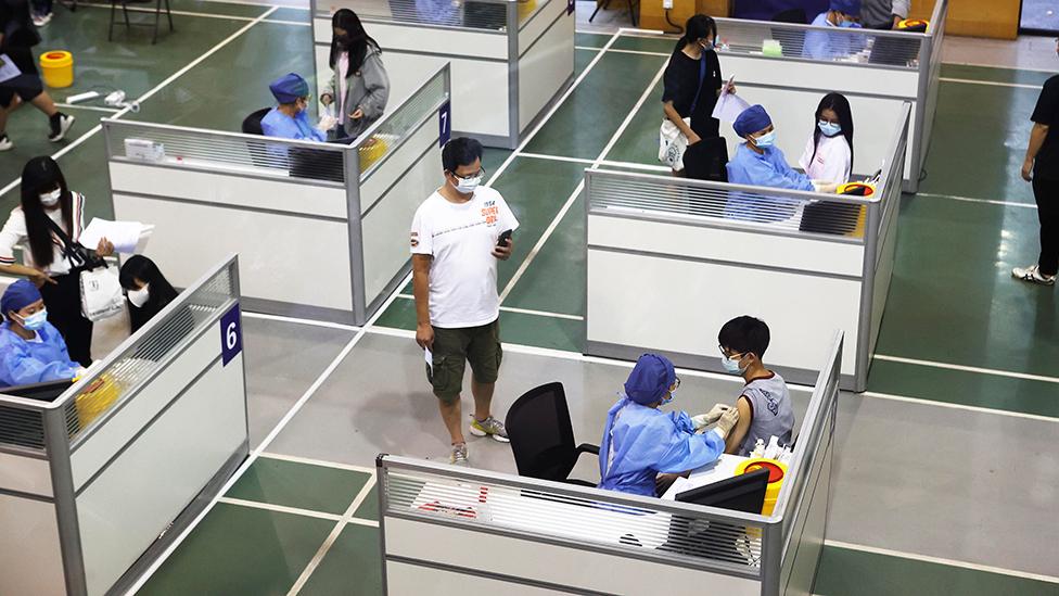 Alumnos de un colegio en Shanghái reciben la vacuna contra el covid-19.