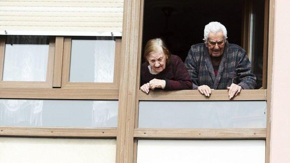 Idosos na janela