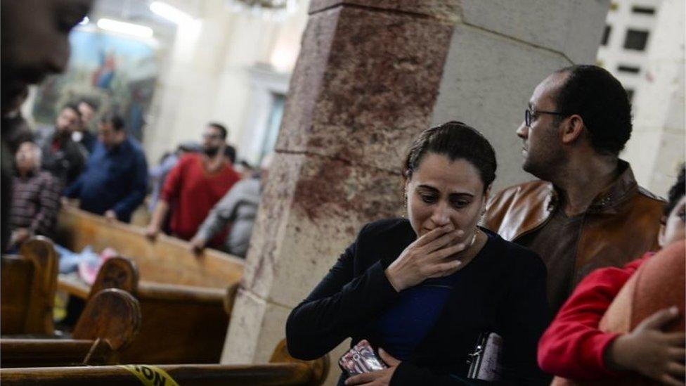 People at scene of bombing in church in Tanta (09/04/17)