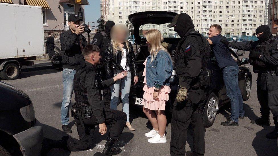 Lažni član specijalne jedinice drži Anastaziju dok je Sergej prosi