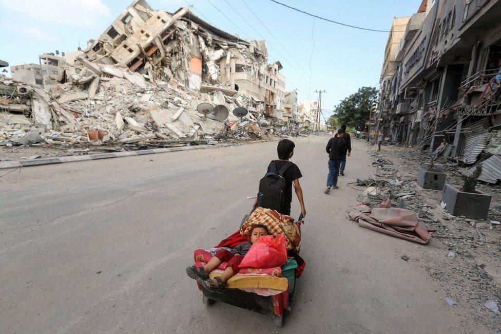 Seorang anak di Gaza, di tengah reruntuhan gedung.