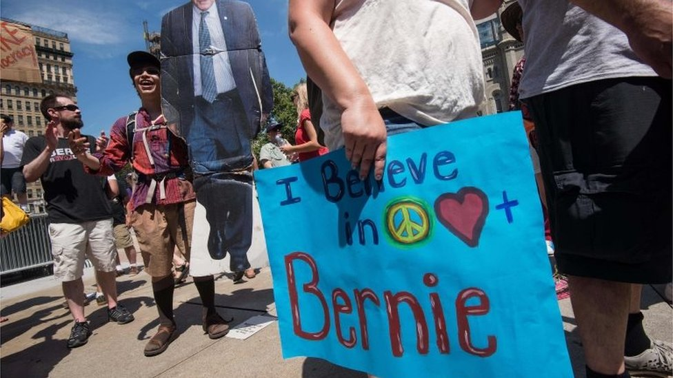 A supporter of former US Democratic presidential candidate Bernie Sanders holds a cardboard cutout of Sanders in Philadelphia (24/07/2016)