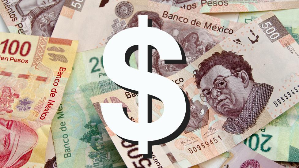 Signo peso sobre billetes de pesos mexicanos.