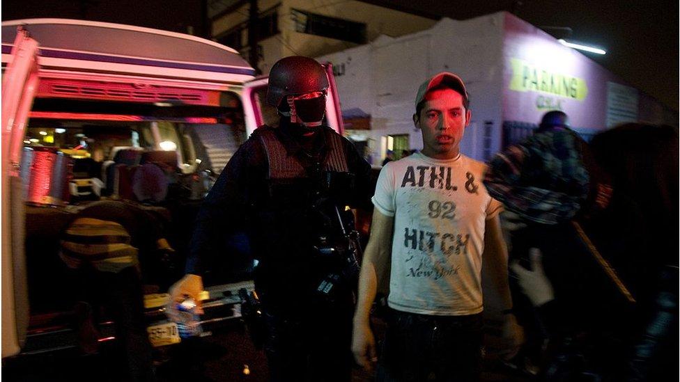 Un hombre siendo detenido en Tijuana