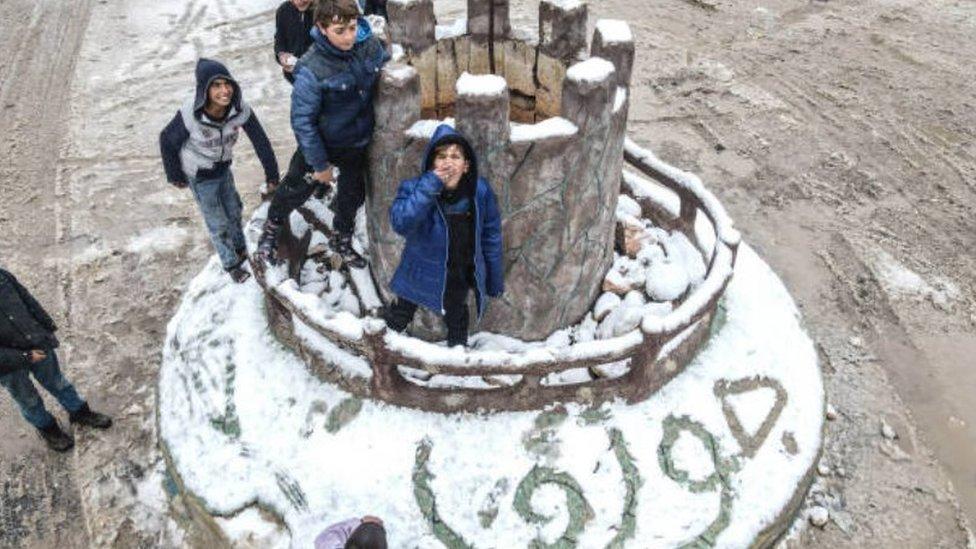 أطفال يعلبون بالثلوج في إدلب