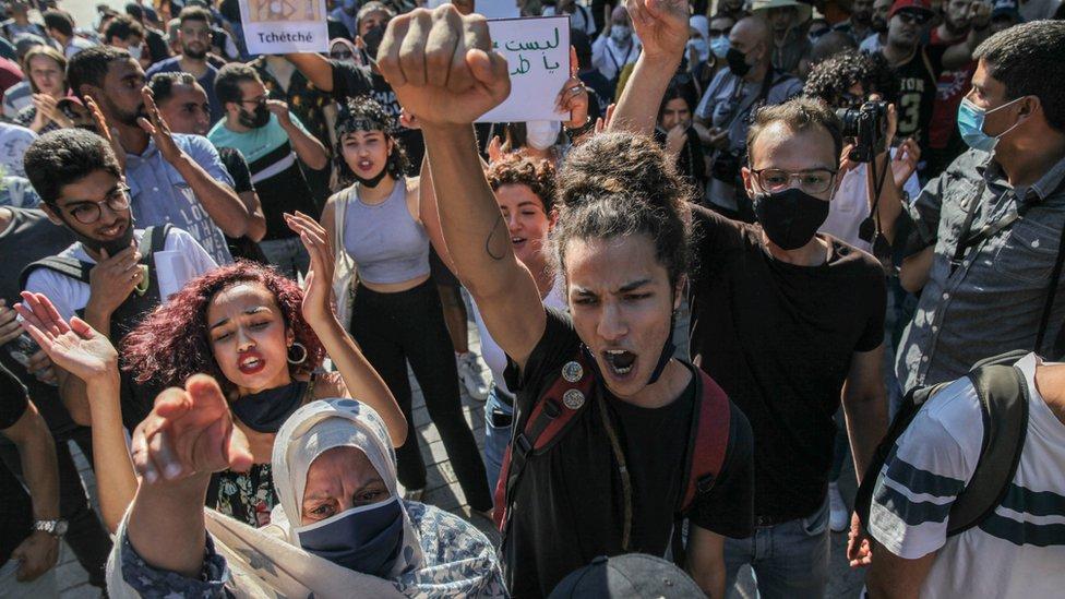 """محتجون في تونس العاصمة يتظاهرون ضد """"وحشية الشرطة"""" بعد انتشار فيديو تعري فيه الشرطة قاصراً وتوسعه ضرباً."""