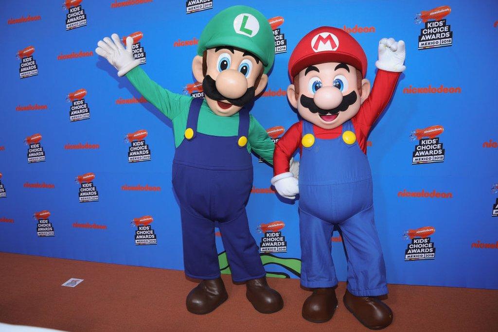 Los personajes de Super Mario con su hermano Luigi.