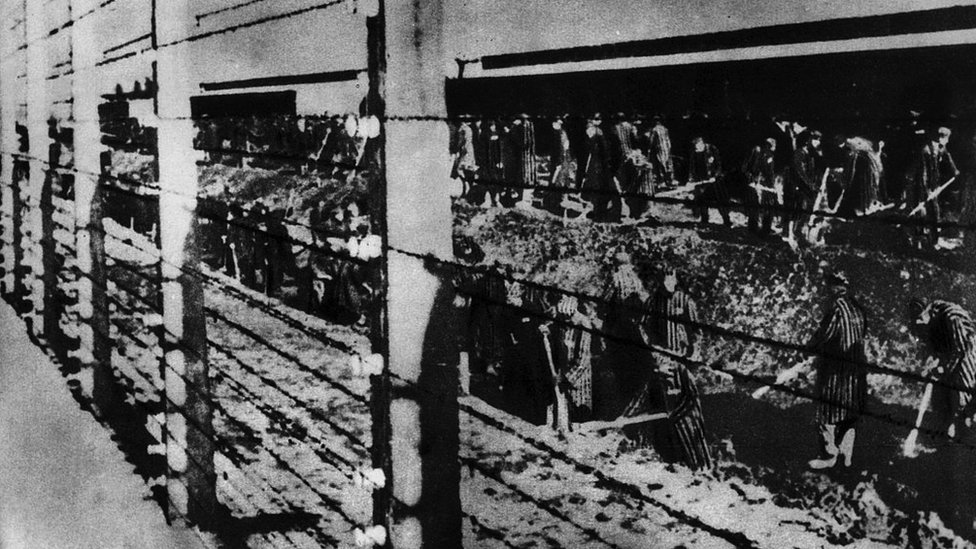 Presos en Auschwitz excavando un dique cerca de una cerca. Auschwitz, años 1940