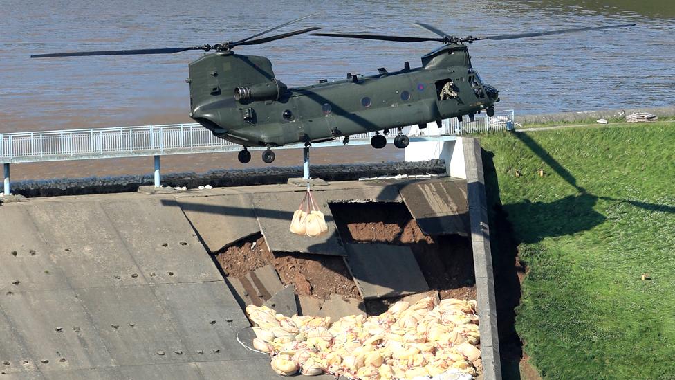 Činuk helikopter RAF doprema džakove sa peskom prilikom poprake Todbruk brane u okrugu Derbišir.