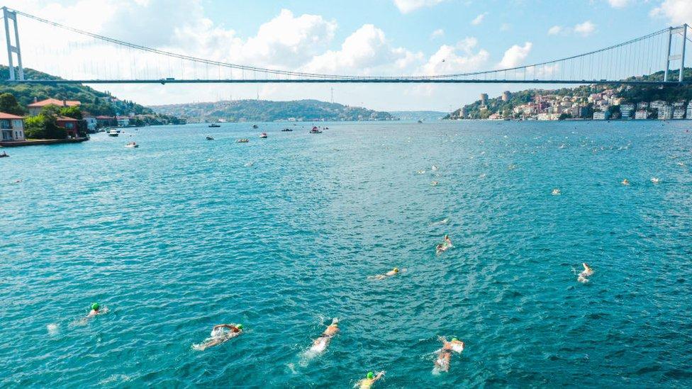 Takmičari plivaju preko Bosfora