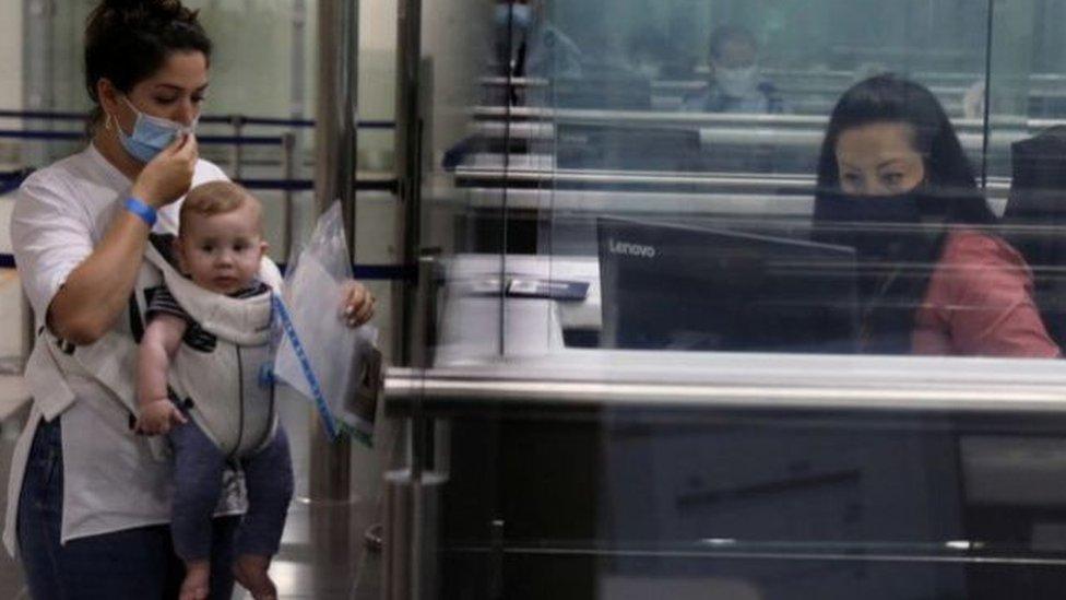 مسافرون في مطار لارناكا في قبرص