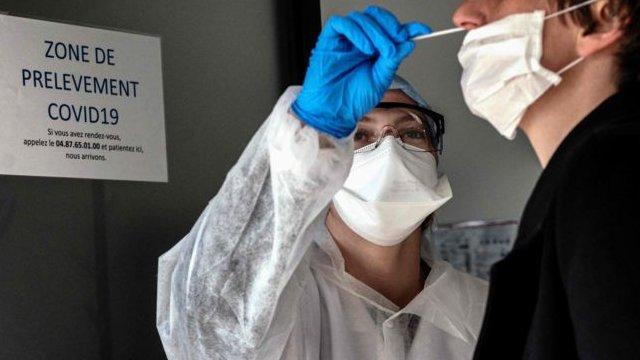 """شخص يجري فحص الإصابة بـ """"كوفيد - 19"""" في فيلوربان، فرنسا (23 مارس/آذار 2020)"""