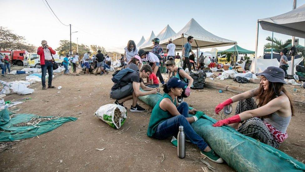 Voluntarios arman cilindros flotantes para atrapar el petróleo derramado en Mauricio
