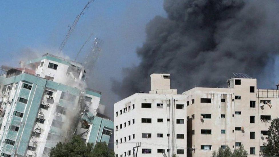 بنايات تتعرض للقصف
