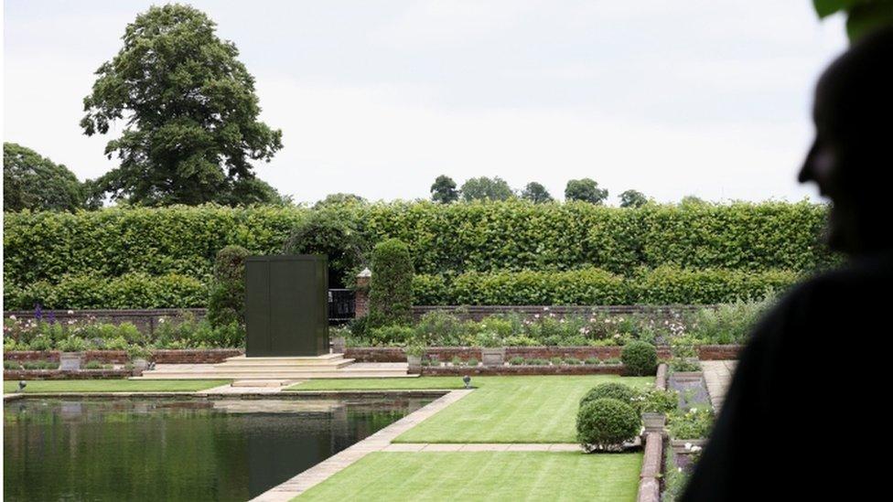 Heykel, Kensington Sarayı'ndaki Batık Bahçe'de açılacak.