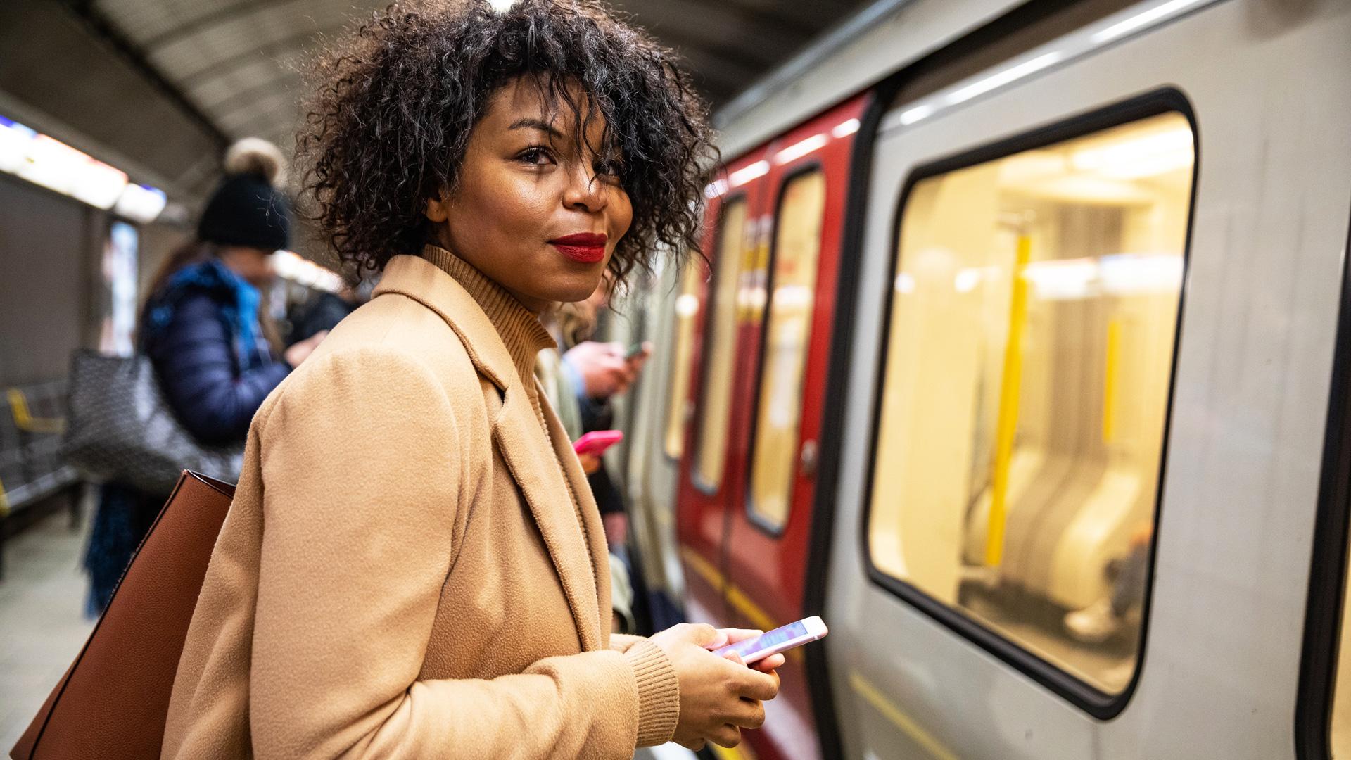 Mujer tomando el metro