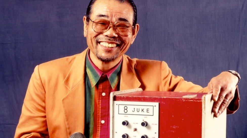 Daisuke Inoue e sua invenção, a Juke 8, uma espécie de jukebox com microfone