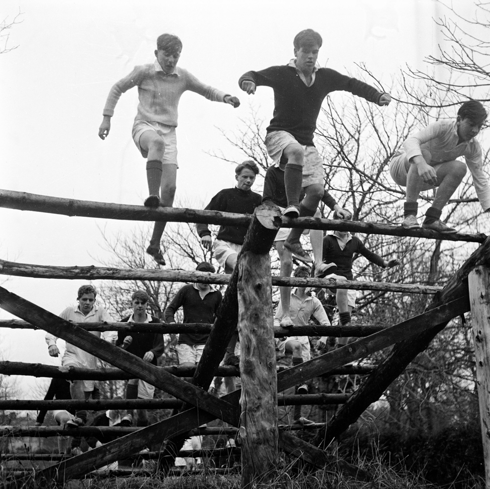 Alumnos de Gordonstoun en una práctica de obstáculos