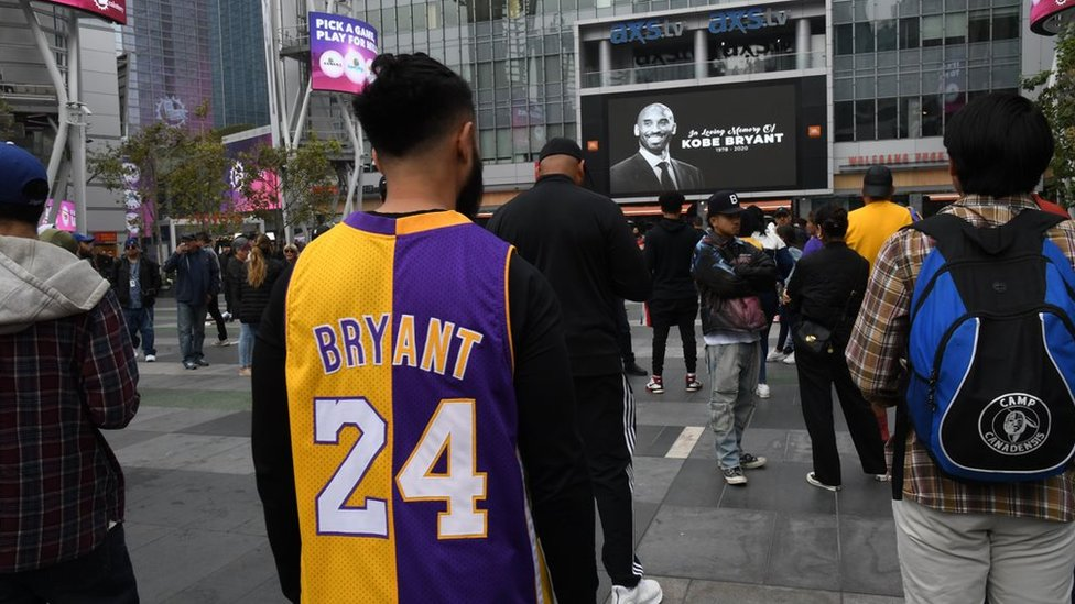 Fans gather to pay tribute to Kobe Bryant