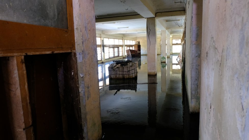 Agua estancada en la planta baja de un edificio abandonado