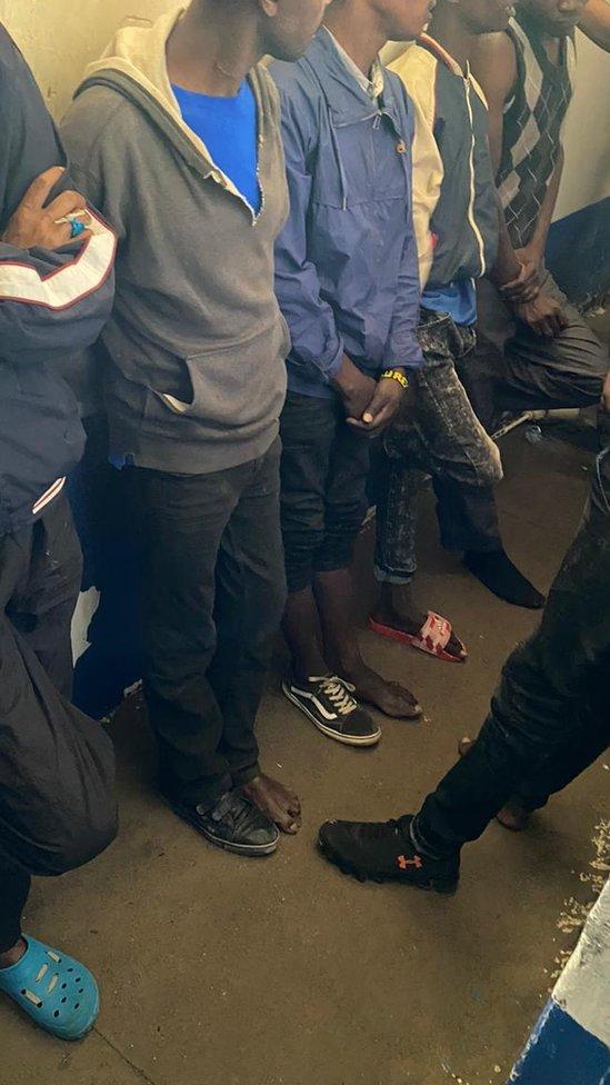 Varios hombres en una celda