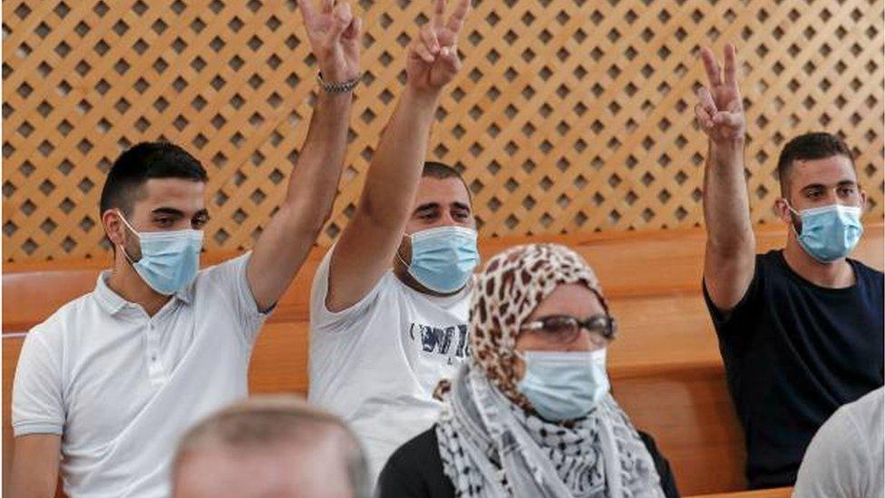أفراد من العائلات الفلسطينية المهددة بإخلاء منازلها في قاعة المحكمة العليا