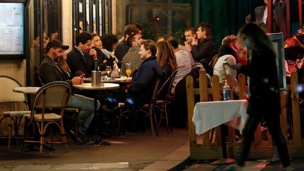 Restaurante cheio em meio a pandemia