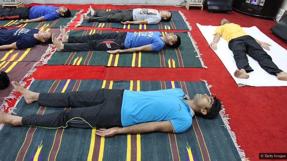 soldados en India haciendo yoga