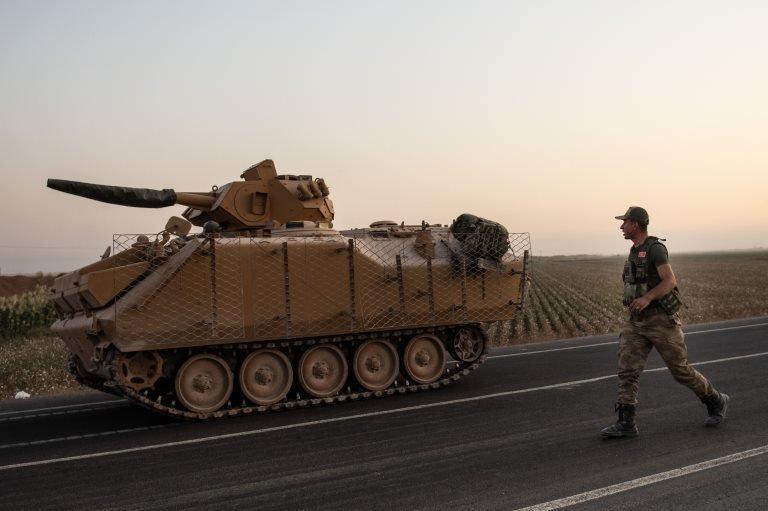 Akçakele'den Suriye'ye ilerleyen Türk tankı ve askeri