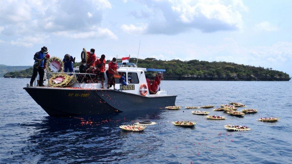 ألقيت الزهور في البحر قبالة سواحل بالي يوم الاثنين لتأبين طاقم الغواصة