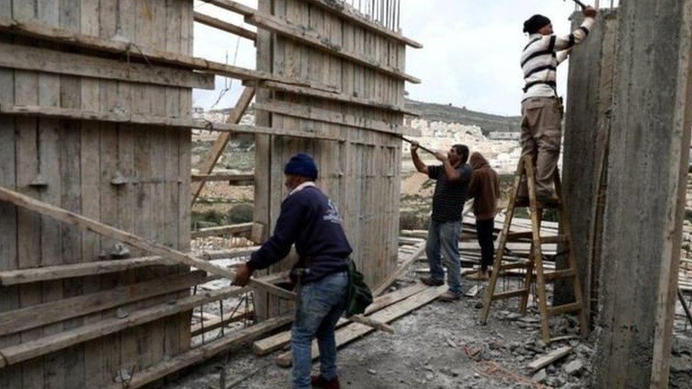 Pekerja Palestina bekerja di sektor bangunan.