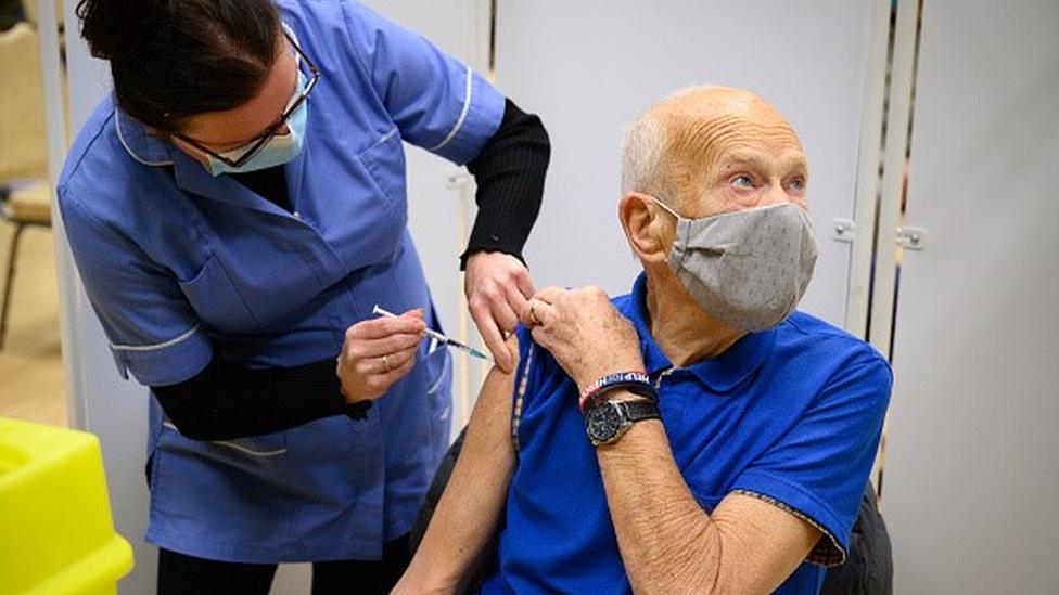 Idoso recebe vacina no braço