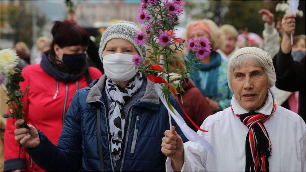 المتقاعدون البيلاروسيون خلال مسيرة للمتقاعدين للاحتجاج على نتائج الانتخابات الرئاسية في مينسك، بيلاروسيا، 12 أكتوبر/تشرين أول 2020
